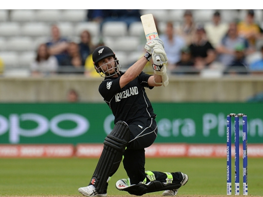 Taylor, Santner guide New Zealand home