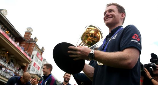 Eoin.Morgan.World_.Cup_.Trophy.PA_